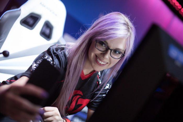 nữ game thủ