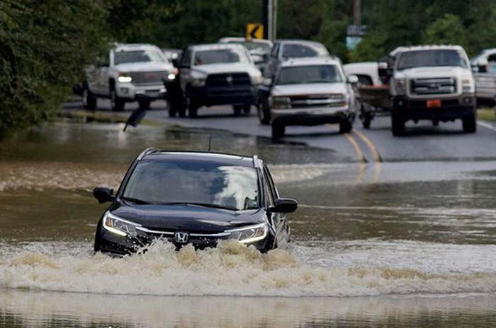 lái xe ô tô qua vùng ngập nước